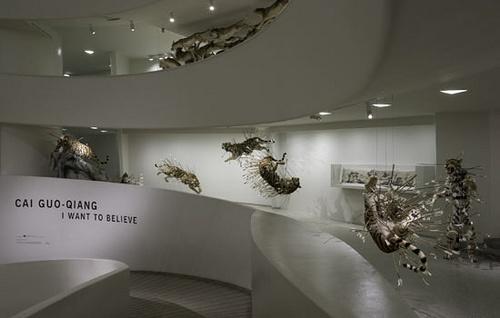 2008年,蔡国强在纽约古根海姆美术馆进行了自己的个人回顾展,35万观展人数打破了古根海姆艺术家个展入场记录
