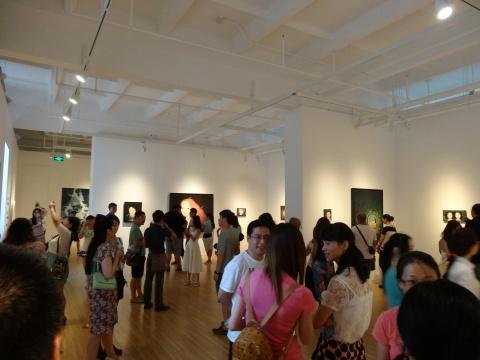 慕名而来的人们,曾一度挤爆了hi艺术中心,场面非常热闹