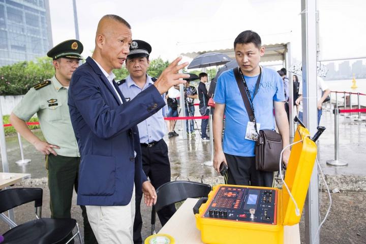 蔡国强在装置作品《无题》指挥台前