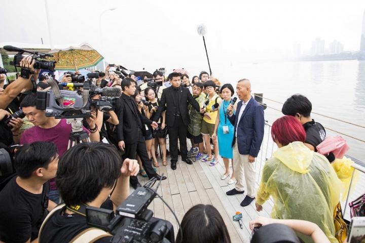 蔡国强接受记者采访