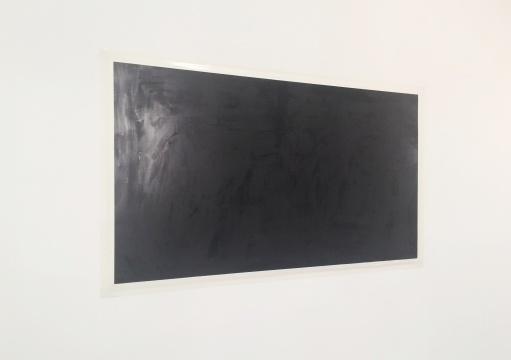 艺术家卜云军的摄影作品,像一张黑色的画,上面布满了涂抹的笔触和痕迹。艺术家试图用摄影呈现黑色和光的关系。