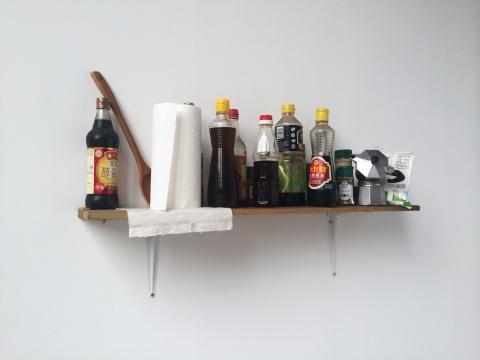 艺术家姚薇把家里的灶台上摆放的调料移动至展厅,而她的住处仅仅离展厅20多米