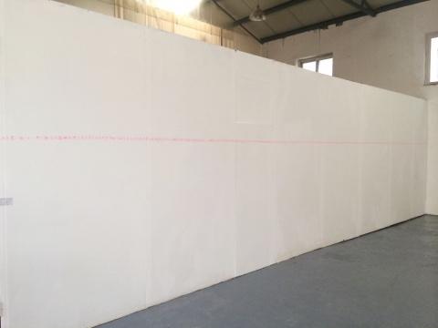 无人生还的作品《无人生还》,两个人依次轮流写一个字,直到写成一条贯穿墙面的直线。文字的内容在被设计好的规则里,变成没有具体指向的字的组合,但里面的局部或许拥有意义。