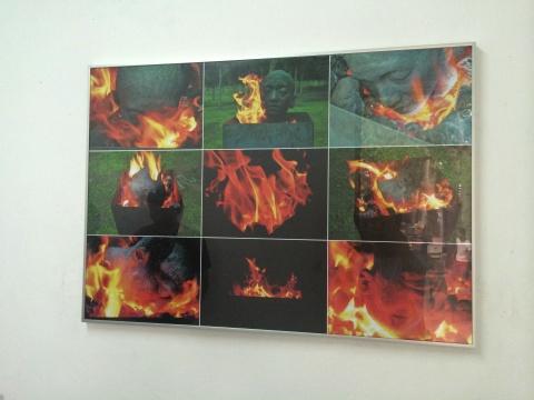 艺术家刘旭东的作品《刘旭东》,这是艺术家第一件用煤制作的作品,他用煤和泥的混合物塑了自己头部,以刘旭东的替代物在火焰里烧制,这件作品本来计划以现场的方式进行烧制,鉴于场地的限制提前一天烧制完成。