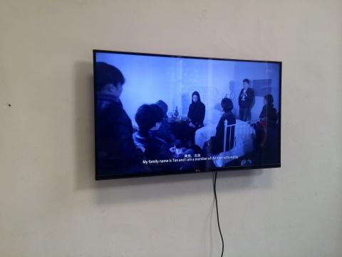 陶辉的作品《陶辉》,艺术家陶辉(男)在作品中扮演成一位具有民族特征的女性,以人类学的方式分析自己的身体构造,并做出推断。陶辉试图通过这件作品在物质的身体与精神的身体之间寻找到一种平衡。