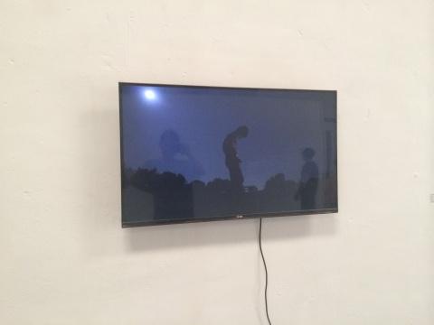 杨俊岭作品《杨俊岭》,他用打火机一点点地烧去自己的体毛,而火成了视频里除了月亮唯一的光源,在闪烁中,我们可以看到整个过程和细节。