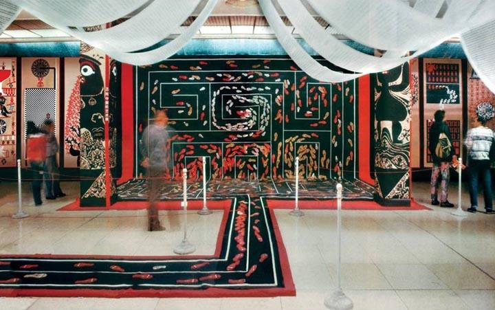 《彳亍 》剪纸 装置,1988年。(该字读音为:chi chu)
