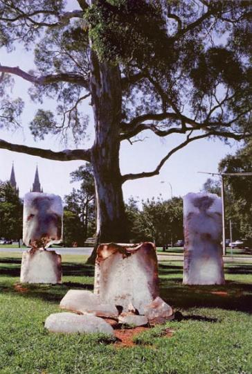 1993年,澳大利亚艾德勒得市公园,作品《灵魂之碑》,冰融后红色人形现出。