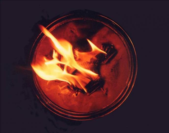 """1996年,日本琦玉县立近代美术馆""""火的起源与神话展"""",作品《星星之火》,装置。"""