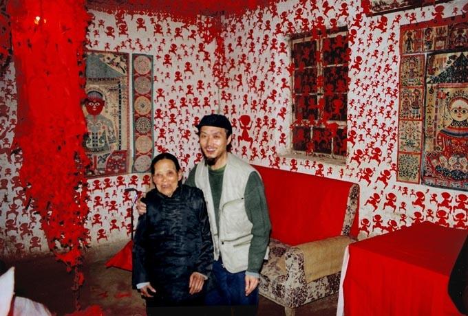 """2000年《再见女巫》,剪纸、民间招魂巫术道具,与陕西旬邑农村女巫合作行为。吕胜中谈到这件作品略显遗憾,""""老太太的房子下雨后倒塌了,她却舍不得拆一直保留到2005年左右,到访的人都喜欢她的作品,在她那里取走小红人,一屋子小红人也几千万,日本的HK电视台拍下了行为全程,但她很保守,没有给我全部的录像资料。"""""""