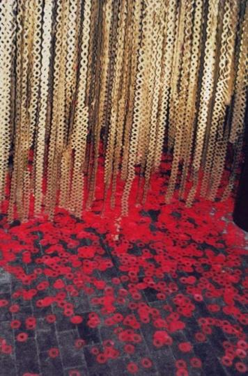 """2001年吕胜中遭遇了有生以来的首次禁展,也是主办方红门画廊创立以来的首次被禁展(当时为画廊成立十周年纪念展)。作品《红白喜事》被指有政治指向性,实则是当时的崇文门区政府对临近的""""六 四""""感到恐惧。"""
