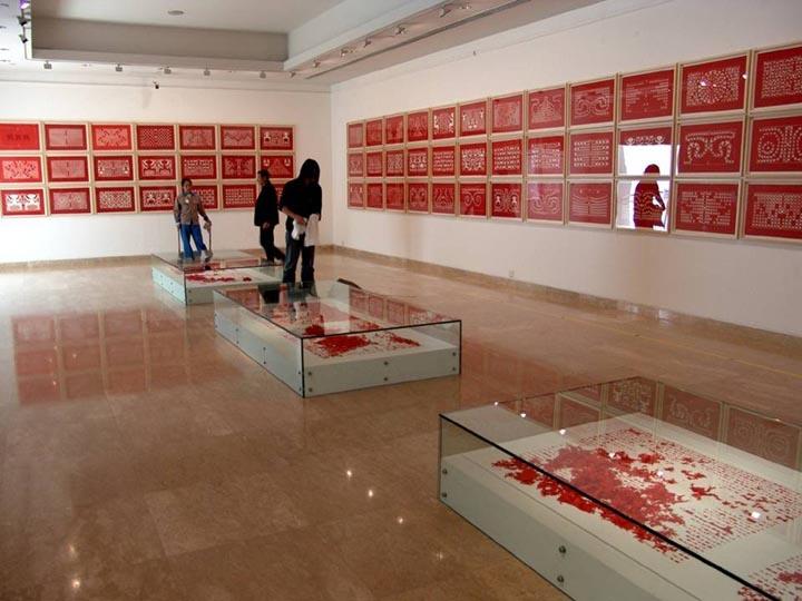 """2004年,《人文书》(三部)装置、《人墙砖》装置,参加纽约前波画廊""""吕胜中.人文书""""个展。这一尝试是他对各种技术试验的总结,他将黑纸红图或者红纸黑图的剪裁拼贴形成多种变化,并将它们装订成书籍,或西方或中国传统的线装。"""