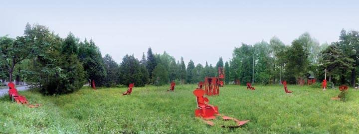 1991年在北京圆明园达园作剪纸招魂。