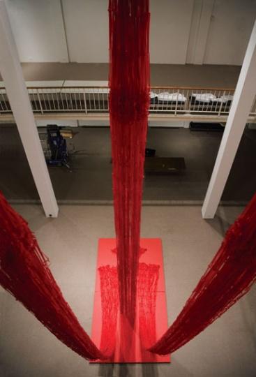 """2005年,个展""""推陈出新""""中主要作品即12米高的大型装置《人文书—空书》。"""