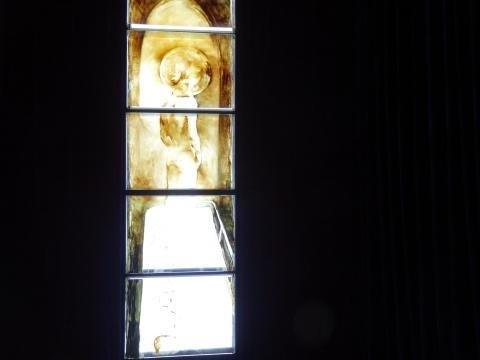 陈鸿志的亚克力板油画由于其透光性被放置于上舍空间一直进行实验性作品展示的C厅,来自外界的光透过作品进入室内