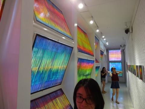 张湘溪用绢本设色的作品覆盖住了一个展厅内的所有窗户,世间纷繁复杂的一切,被艺术家提炼之后,统统化为了美