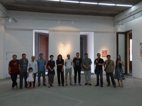 王春辰与众艺术家在5艺术中心合影