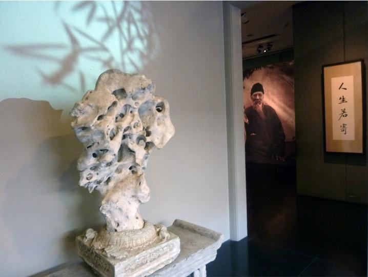 """""""人生若寄——齐白石的手札情思""""展览现场,进入展厅首先映入观众眼帘的是主题墙上婆娑摇曳的树影"""