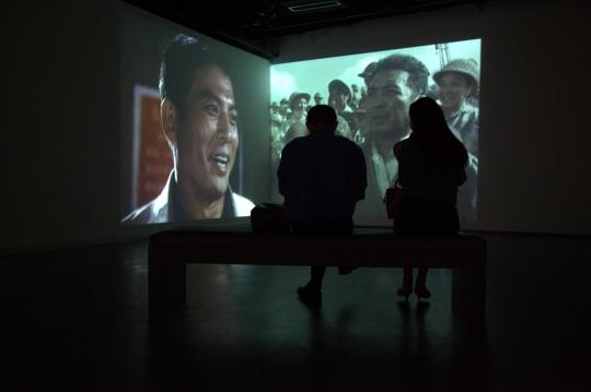 观众在成都当代美术馆观看影像作品