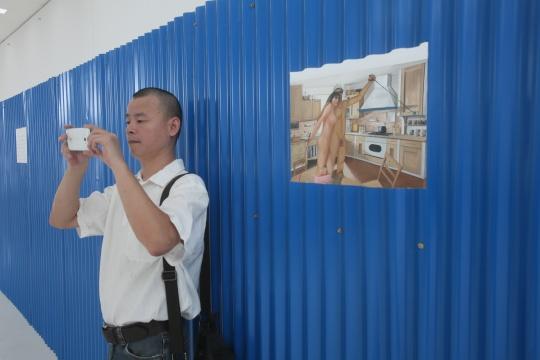 周子曦《幸福生活之决战卧室》布面油画 120cm x 160cm2004