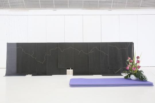展览现场,胡昀的作品《心灵呼吸 》。胡昀的《凝视呼吸》瑜伽工作坊逢周日下午15:00-16:30于展厅内举办,11位报名公众将在瑜伽老师的指导下完成8次练习。