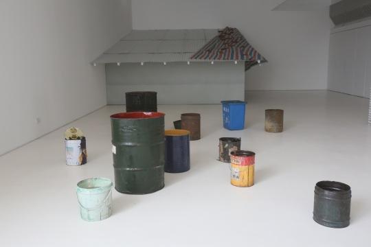 埃里尔•施莱辛格  《无题(蜡烛)》环氧树脂、棉芯、油、水、容器 尺寸可变2014