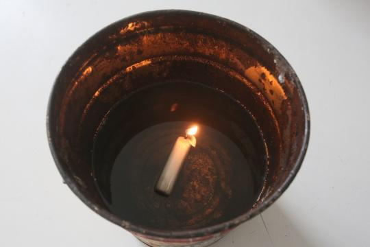 埃里尔•施莱辛格  《无题(蜡烛)》环氧树脂、棉芯、油、水、容器 尺寸可变2014(局部)