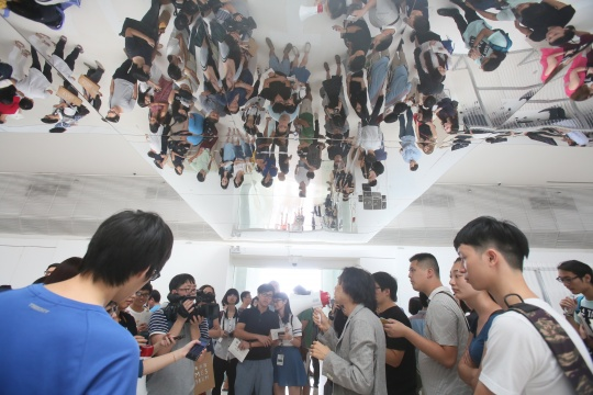 展览开幕当天,艺术家都会亲临现场进行导览。