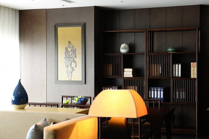 行政酒廊的陶瓷画与古朴的内饰质感相呼应