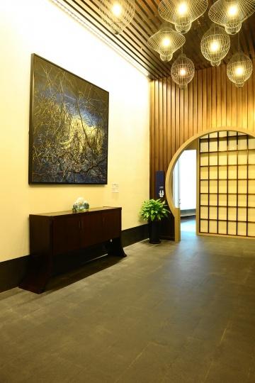 行政楼层入口处的曾梵志作品《太平有象》