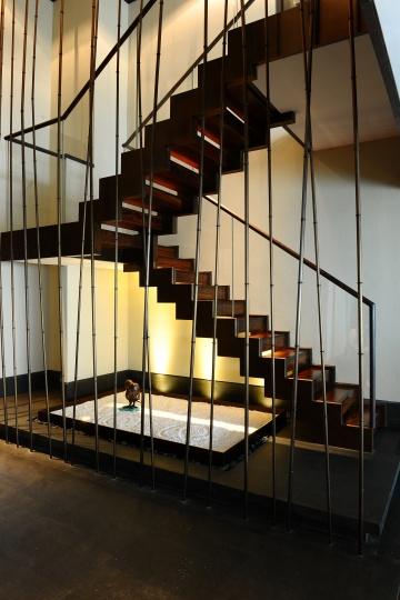 行政套房楼梯间的雏鸟造型的雕塑
