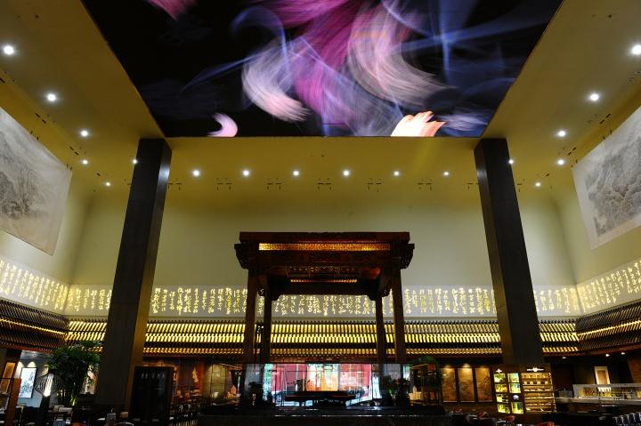 """位于大堂正中央的""""戏台""""是戴志康私人收藏的明朝亭阁"""