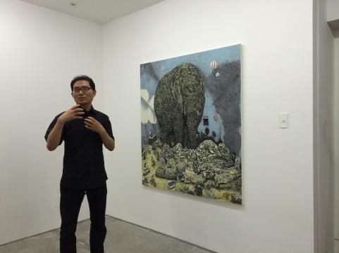 艺术家柳根泽在介绍自己的作品《Old Giant》,他一直在不断探索如何将传统韩国画现代化,可称之为韩国当代水墨画家