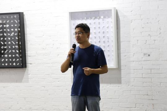 谁在-第二回展开幕,展览学术主持、清华美院绘画系副主任周爱民评讲作品。