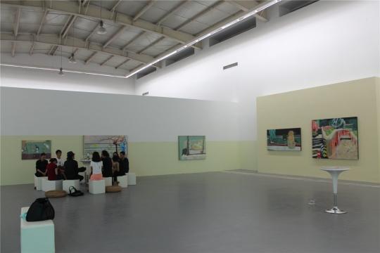 """徐悰的老师与""""学生们""""在交流;从右至左为2013至2014年的作品"""