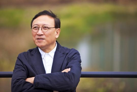 光州双年展的联合创始人、长期担任总裁的Lee Yong-woo
