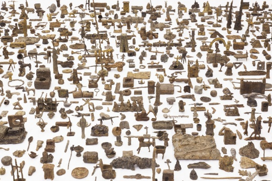 欧阳春《渣滓》,火山灰,青铜,尺寸可变,2013