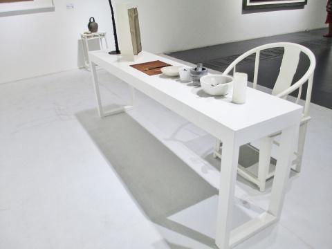 桌上摆放着制作颜料所需的工具。