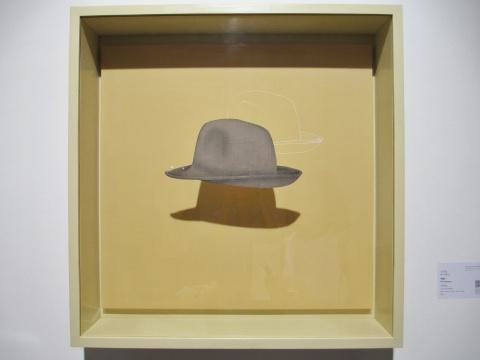 马灵丽的作品《宇宙1》,帽子的轮廓得到抽离,现于画布;它的形体得到渲染,附于玻璃。通过遮挡,光线制造的影像生成了物象的第三种形态。
