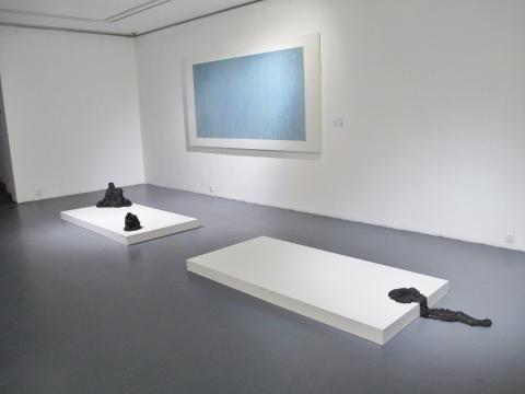 于继东的作品《仰望》与其装置作品《境踪、静中、尽终》