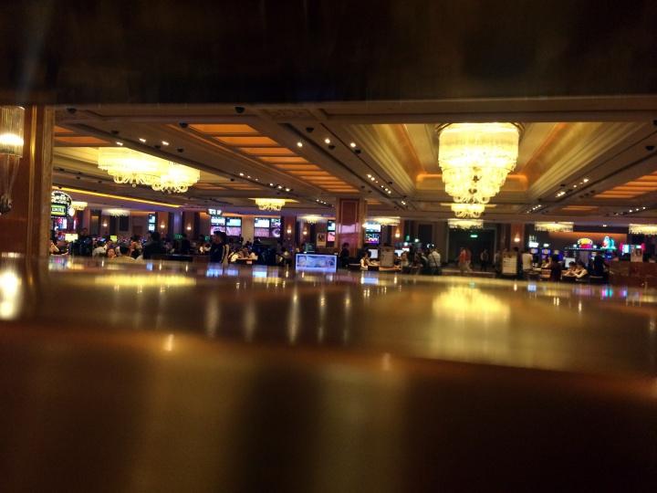 """站在护栏外 今晚金碧辉煌的赌场里 谁会成为""""大赢家"""""""