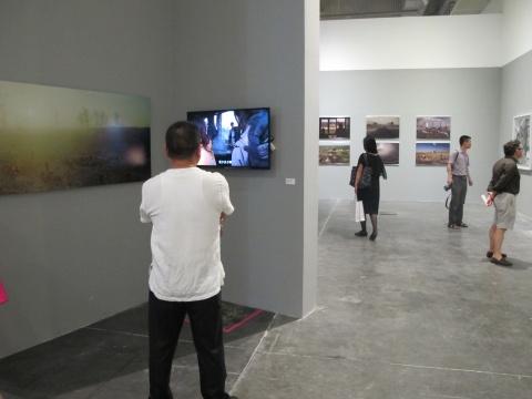 现场大部分作品是摄影,有小部分录像、装置