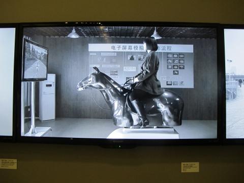 李郁+刘波的录像《大学生足不出户练骑马》,气氛反讽又诡异,似有轻微情色指向