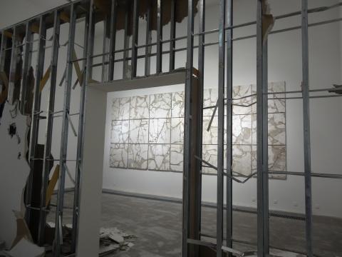 巨大的石膏墙被树立然后拆毁,意图重现工作室所经历的过程