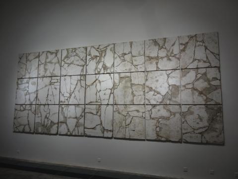 27块一平米见方的石膏板装置拼贴而成一个体量巨大的存在