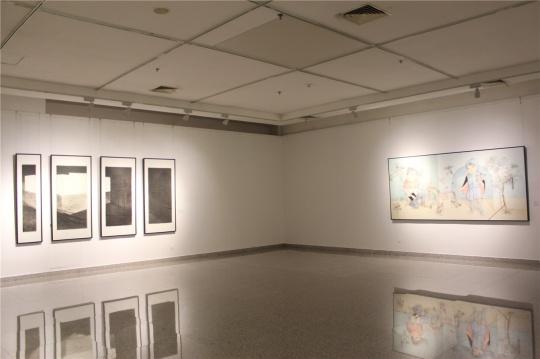 左边:沈勤 2013年作品《黑水墨-村(一)》;右边:曾建勇2013年作品《规训者.出场》。