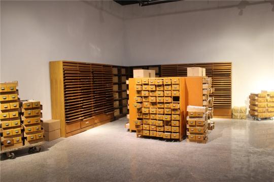 魏光庆2014年的装置《封存》,是一件现成品装置,起初我以为是美术馆办公区的一部分,问了场内工作人员才得知是一件作品。艺术家将图书馆废弃的书架、书卡搬到展厅,传达什么观众可灵活解读,即便是误读本身也构成作品的一部分。