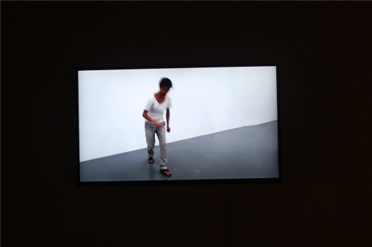 """王思顺2012年录像作品《欲望又n分之一》,该作品的行为曾在长征空间实施,目前该作品的其他版本正在长征空间的群展""""开始之前结束之后""""展出。"""