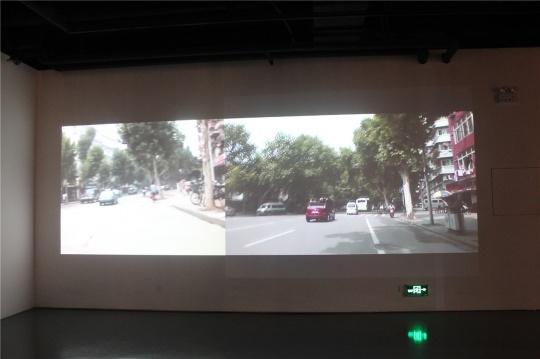 袁晓舫2004-2014年十年创作的双频录像作品,名称即为《十年》,是十年前与十年后在湖北美院周边环境的跟踪调查,两相比较可见城镇化转型的特点。
