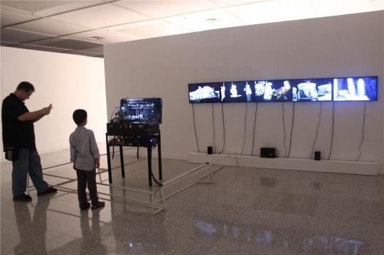 胡为一2012年装置影像作品《低级景观》,国美的科技咖啊,那台机器看上去太复杂了,怪不得这一大一小俩老外研究好半天,久久不离去。